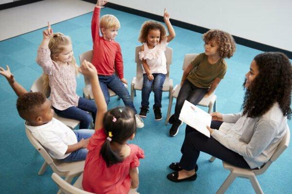 éducatrice, groupe d'enfants